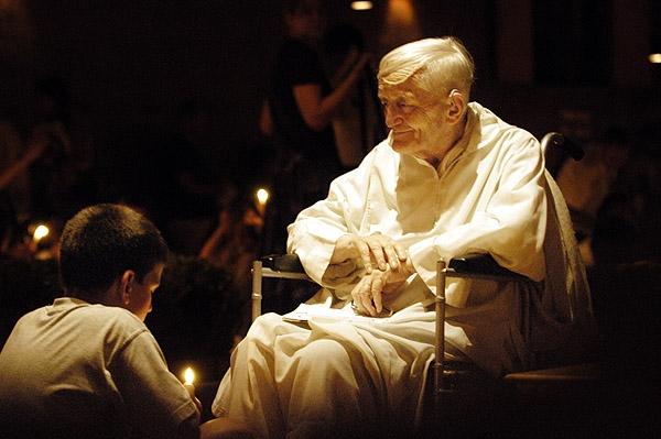 Frère Roger während eines Gebets in Taizé; Copyright: João Pedro Gonçalves, Wikipedia